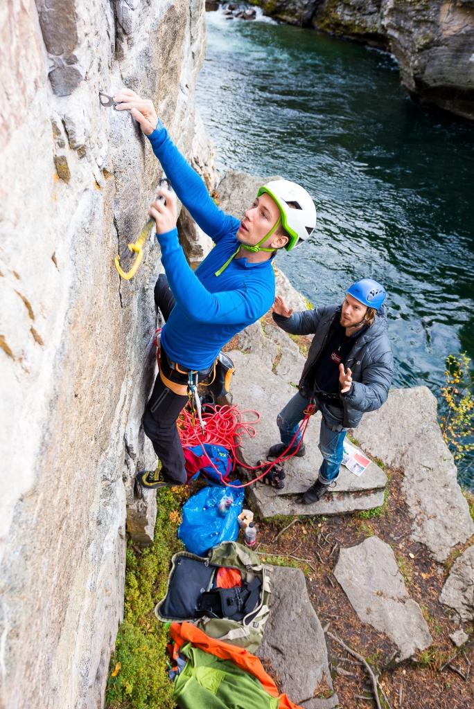 Flere sektorer ligger ned mot elven og før første slynge er klippet er det en risiko for at både klatrer og sikrer kan bli våte.